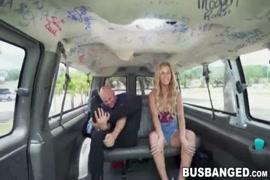 في سن المراهقة gf ركوب في السيارة. جلسات الديوث على كاميرا الويب.