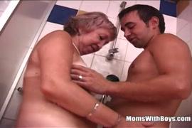 صبي صغير يهز صاحب الديك في الحمام.