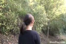 مارس الجنس الجبهة التشيكية ياسمين جيمس في الهواء الطلق في الغابة.