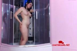 عارية مراهقة تلعب مع نفسها في الحمام.
