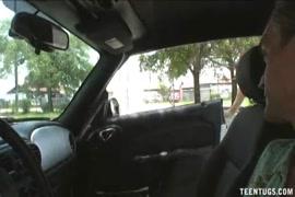 قرنية في سن المراهقة اللعب مع بوسها في السيارة.