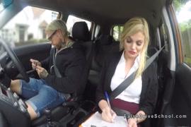تحصل مارس الجنس مفلس جبهة مورو في السيارة أثناء القيادة في الأماكن العامة.