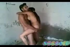 زوجين فضوليين يمارسان الجنس في الحمام.