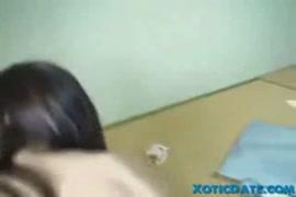 تظهر عارضة الأزياء الصينية الشباب قبالة بوسها شعر ومهبل حليق.