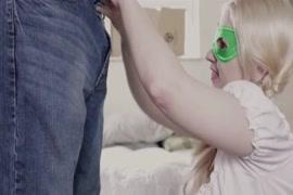 مفلس شقراء في سن المراهقة مارس الجنس من قبل الديك والحصول على نائب الرئيس في فمها والثدي.