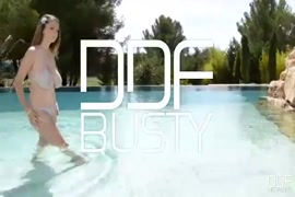 مفلس في سن المراهقة الملاعين بوسها بجوار حمام السباحة.