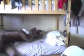 طالب جامعي شاب الملاعين مؤخرته ضيق في النوم.