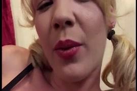 تحصل مارس الجنس امرأة سمراء الساخنة في جوارب شبكة صيد السمك من قبل صديقها.