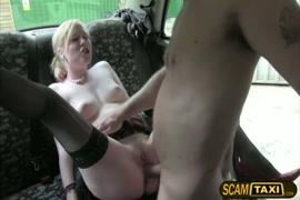 زوجة تلعب مع كس على المقعد الخلفي لها.