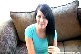 امرأة سمراء في سن المراهقة يحصل بوسها شعر حفر بجد من الصعب الديك ضخمة.