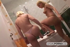 كومينغ في الحمام بينما ألعب مع قضيبي الكبير.