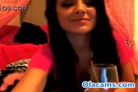 مثير سمراء في سن المراهقة فاتنة يلعب مع نفسها على كاميرا ويب.