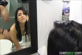 فقاعة بعقب لاتينا في سن المراهقة مارس الجنس في الحمام.