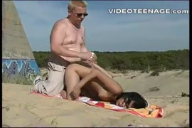 تحصل مارس الجنس امرأة سمراء مع كبير الثدي والحمار الساخنة على الشاطئ.