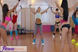 تمارس فتيات اللياقة البدنية الجنس السحاقي في صالة الألعاب الرياضية.