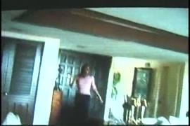 كبير الثدي فاتنة يعطي الرأس ويحصل بوسها حفر أمام المرآة.