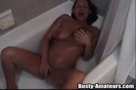 فاتنة قرنية مع غنيمة كبيرة تمارس الجنس في الحمام.