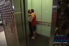 زوجين ناضجة ممارسة الجنس في الهواء الطلق.
