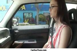 سخيف صديقي في السيارة بينما هي نائمة.
