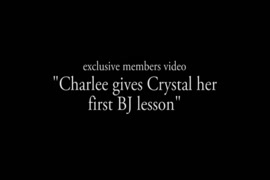 مفلس جبهة مورو تشارلي تشيس الملاعين جارتها في سن المراهقة.
