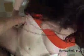 الهواة أحمر زوجة يحصل creampied في مرحاض عام.
