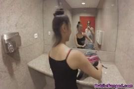 تحصل مارس الجنس فتاة آسيوية في مرحاض عام.