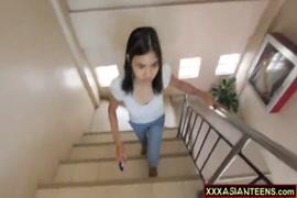 قرنية فاتنة في سن المراهقة الآسيوية مارس الجنس في غرفة الفندق.