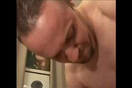 فاتنة الساخنة مع كبير الثدي يلعب مع بوسها حلق.