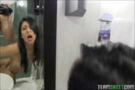في سن المراهقة في سن المراهقة تمتص ديك صديقها في الحمام.