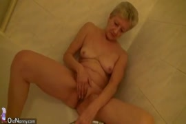 المرأة الناضجة لديها لعبة جنسية في مؤخرتها.