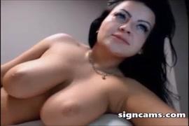 امرأة سمراء جبهة مورو مع ضخمة الثدي تمتص والملاعين على كاميرا ويب.