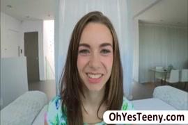 مفلس في سن المراهقة جينا فالنتينا يحصل بوسها قصفت من قبل الديك ضخمة.
