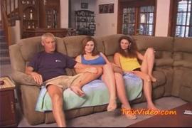 أخت صغيرة في سن المراهقة وأبي يمارس الجنس مع أختهم بينما الآباء ليسوا في المنزل.