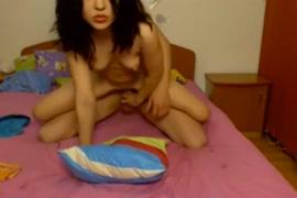 امرأة سمراء في سن المراهقة يلعب و cums على كام.