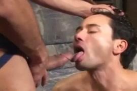 مقطع فيديو نيك رجل يفشخ كس الحماره